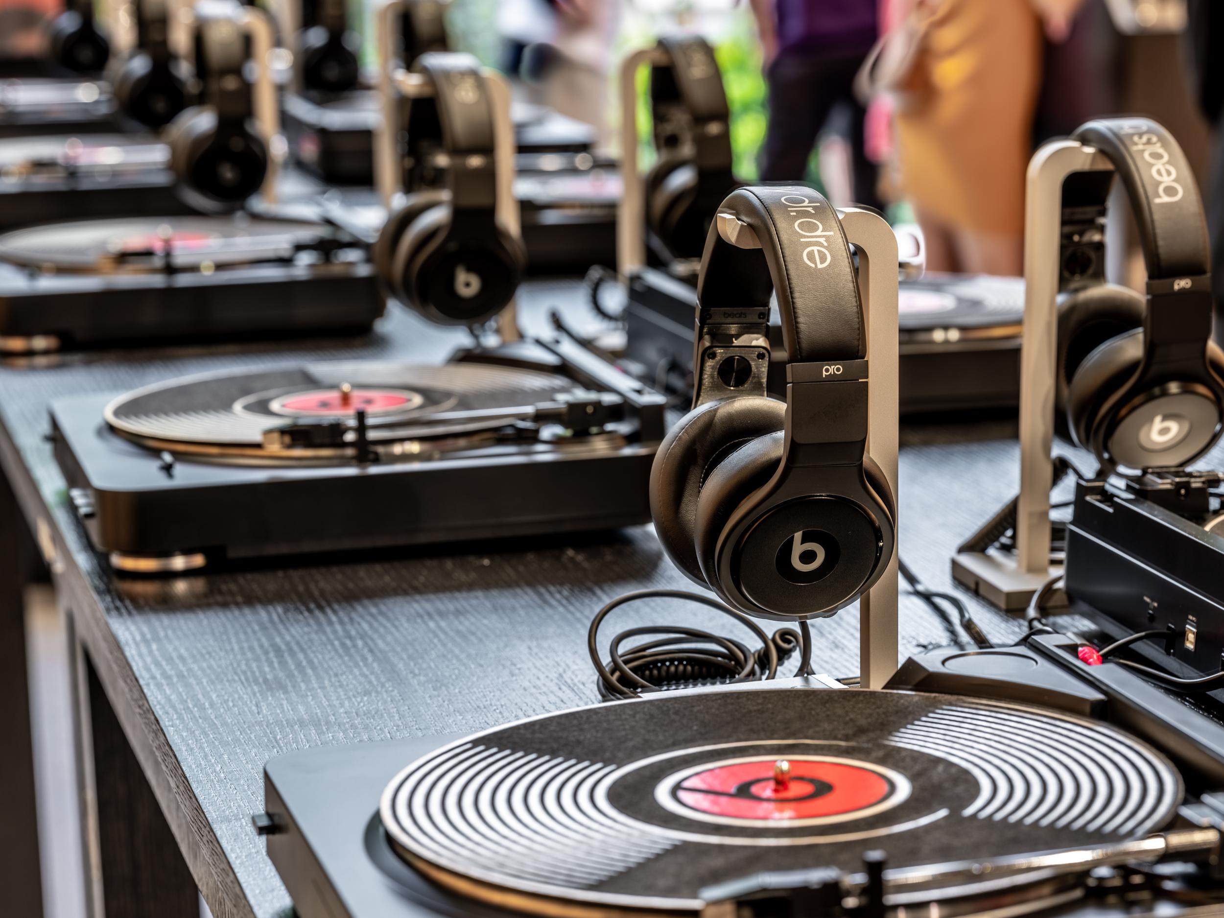 Beats携手DOE于上海新天地隆重推出黑胶唱片快闪店