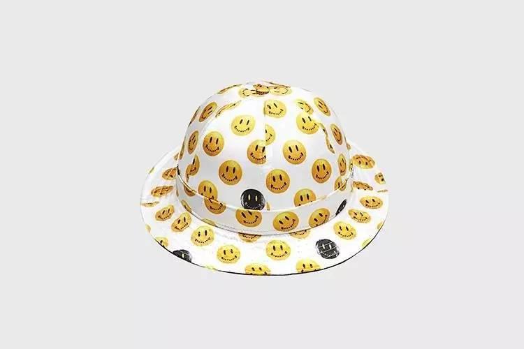 黄色可爱的笑脸一直都是大家喜欢的形象,这款渔夫帽不同于以往的